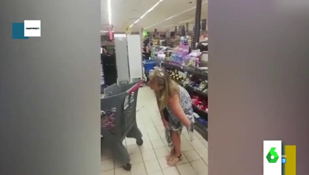 El momento en el que una mujer se pone las bragas de mascarilla en un supermercado