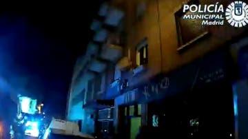 Rescatan a una joven que quedó colgada de una parabólica al intentar huir de una fiesta ilegal en Madrid