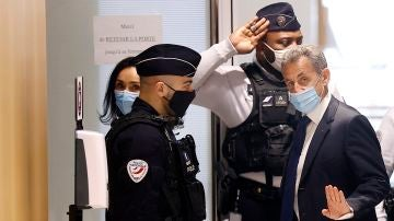 El ex presidente francés Nicolas Sarkozy llega al tribunal para su juicio en París, Francia, el 1 de marzo de 2021