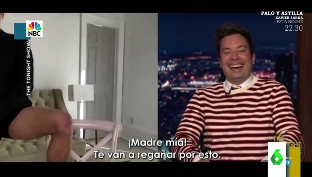 El embarazoso momento en el que Tom Holland confirma que no lleva pantalones mostrando sus piernas a Jimmy Fallon en directo