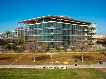 Vista parcial tomada de la sede central de la multinacional Abengoa en la calle Energía Solar del Campus de Palmas Altas de Sevilla.