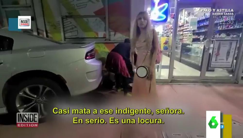 La surrealista fuga de una mujer tras estrellar su deportivo contra una tienda y quedarse a centímetros de atropellar un indigente