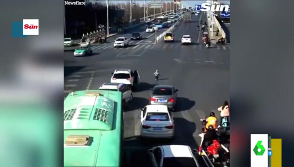 El impresionante momento en el que un niño se cae de un coche en circulación en plena carretera