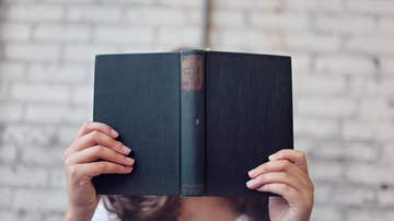 Imagen de una mujer sosteniendo un libro