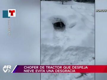 El brutal momento en el que un niño casi es atropellado por una maquina quitanieves mientras jugaba en un túnel de hielo