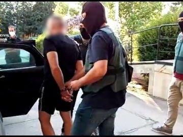 Agentes de la Guardia Civil con el jefe del clan de Los Castañas detenido