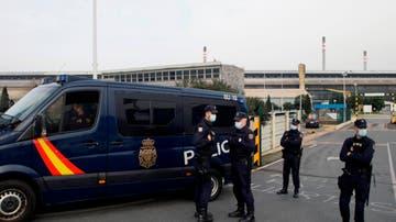 Policía Nacional a las puertas de la factoría Alu Ibérica en A Coruña, antigua planta de Alcoa, donde varios agentes permanecen en el interior de las instalaciones