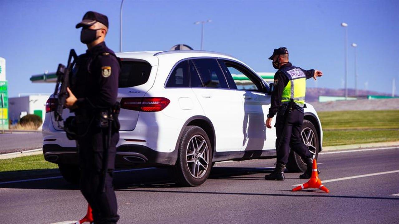 Agentes del cuerpo de Policía Nacional realizan un control en una autovía durante un cierre perimetral.