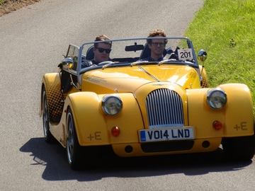 Una pareja pasea en su coche de época
