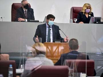 El presidente de la Comunidad Autónoma, Fernando López Miras, interviene durante una sesión plenaria en la Asamblea regional de Murcia, en Cartagena