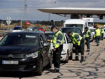 Control policial en Madrid para vigilar la circulación de vehículos