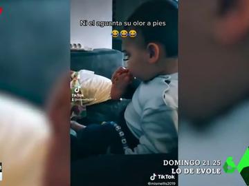 La divertida reacción de un bebé al olerse los pies