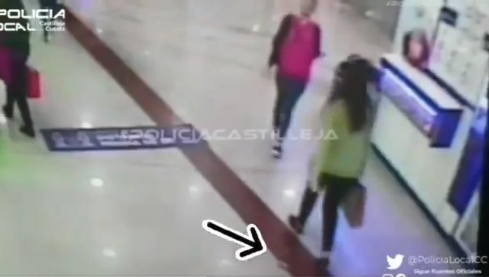 Buscan a una joven a la que se le cayó un fajo de billetes en pleno centro comercial