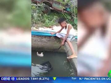 Un niño llora desconsoladamente al ver que no puede rescatar a un perro de un río