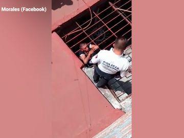 Imagen del momento en el que la Policía rescata al ladrón