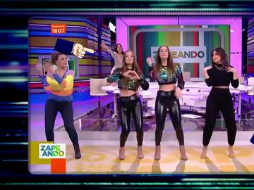 """Lo que no se vio del baile de las 'Twin Melody' en Zapeando: así actuaron Lorena Castell """"y los señores mayores"""" por detrás"""