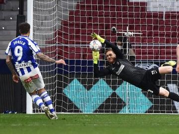 Jan Oblak detiene el penalti de Joselu