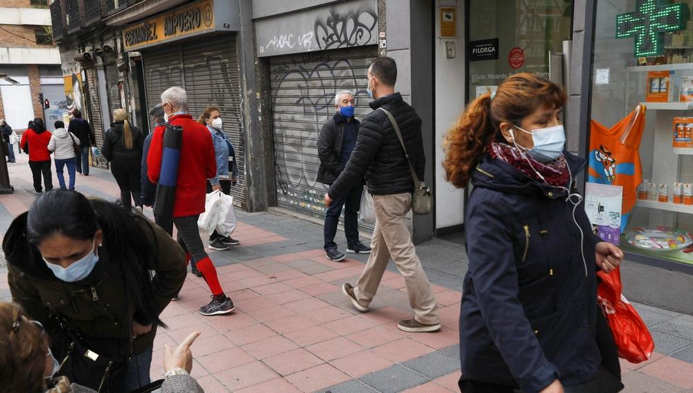 Un grupo de ciudadanos pasea por las calles de Madrid