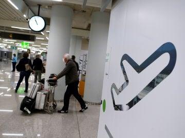 Turistas llegan al aeropuerto de Palma de Mallorca