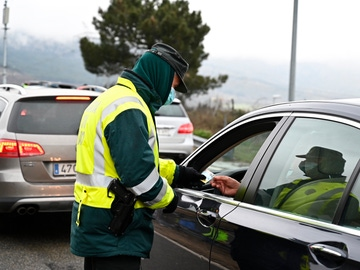 Un guardia civil pide la documentación a un conductor en un control de carretera a la altura de Guadarrama (Madrid)