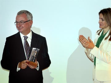 Josep Baselga recibe el premio Mike Price del XXII Congreso Bienal de la European Association for Cancer Research (EACR) de manos de la reina Letizia.