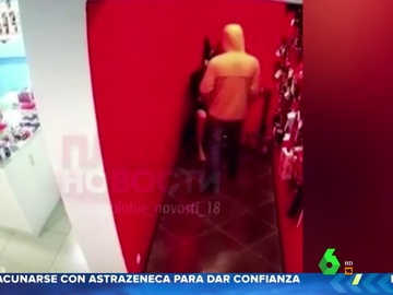 Graban a un hombre masturbándose frente a un maniquí en un sex shop