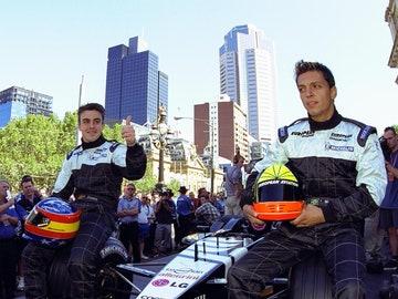 Tarso Marques y Fernando Alonso, posando con el Minardi PS01