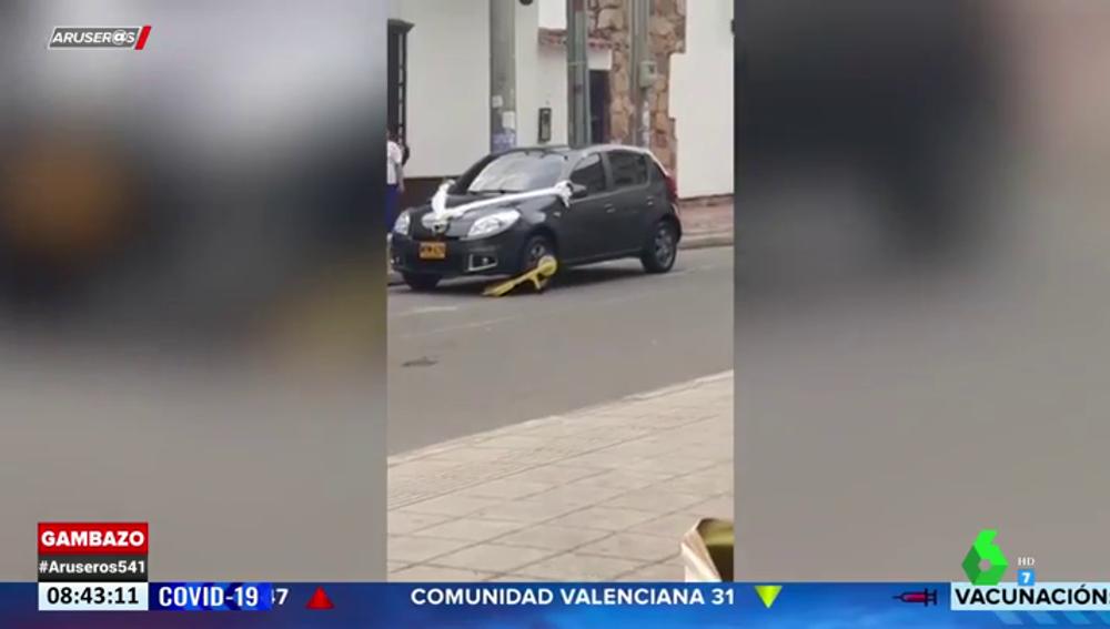 Inmovilizan el coche de los novios y de los invitados a una boda por aparcar mal en la puerta de la iglesia