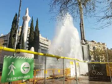 Espectacular fuga de agua en forma de géiser al perforar por error una tubería en Barcelona