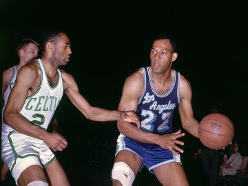 Elgin Baylor, en un partido frente a Boston Celtics