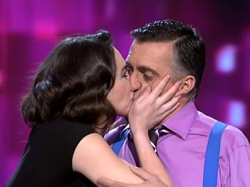 Con lágrimas, besos en la boca y Pablo Sebastián al piano: así fue la despedida de Beatriz Montañez de El Intermedio