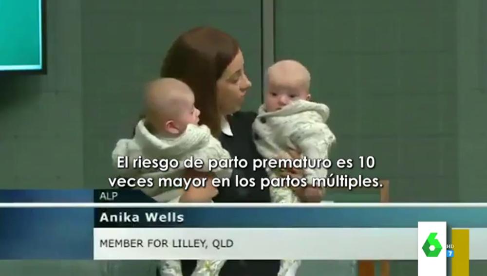 La reivindicación de una política sobre los partos múltiples en el Parlamento con dos bebés en brazos