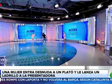 Una mujer irrumpe desnuda en un plató de televisión y lanza un ladrillo a la presentadora