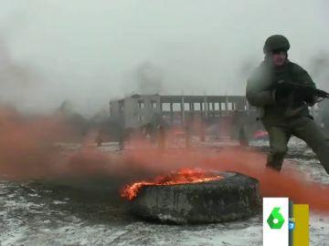 El impactante entrenamiento del ejército ruso entre nieve y cadáveres falsos