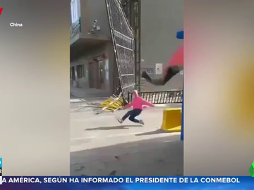 Una joven sale volando por las fuertes rachas de viento en China