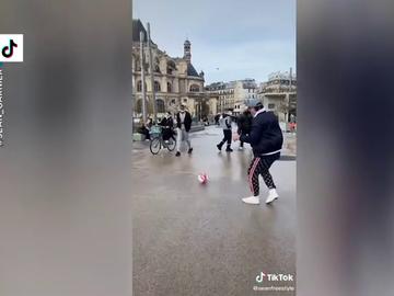 ¿Cómo reaccionarías si un desconocido te pasara un balón en plena calle? El divertido reto de un tiktoker francés