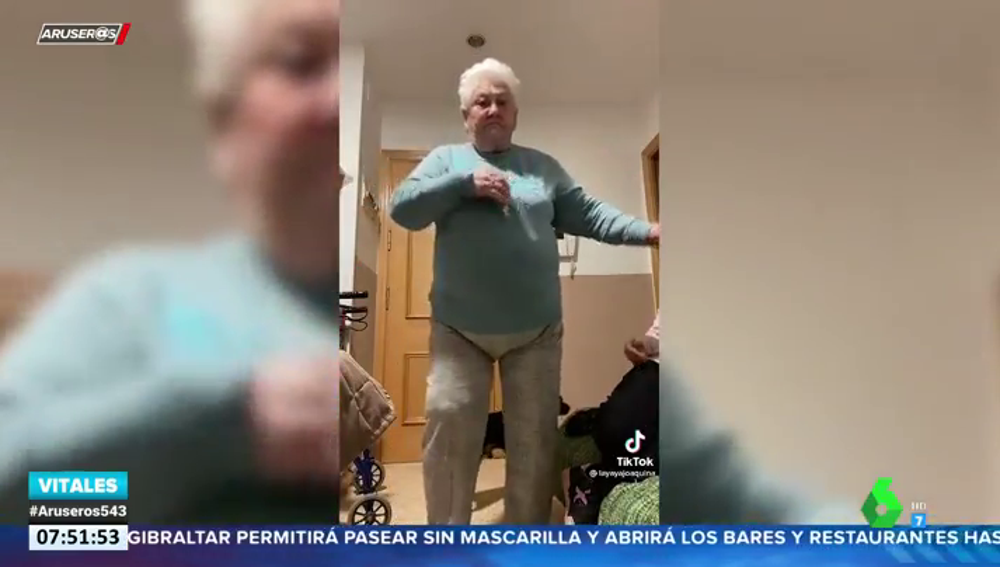 """Quítate tú que llegó la caballota"": el baile viral de una abuela en Tik Tok"