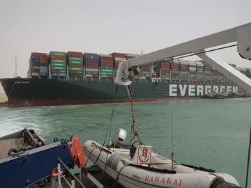 El buque atravesado en el Canal de Suez