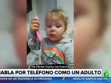 """""""No me llames más, me tienes hasta los vuelos"""": una niña pequeña imita la conversación telefónica de su madre"""