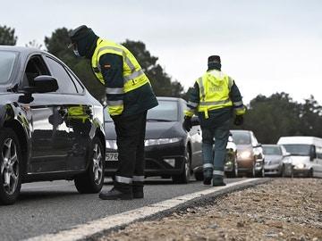 Varios guardias civiles de tráfico montan un control de carretera en la AP-6.