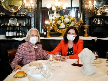 Isabel Díaz Ayuso, en el restaurante Lhardy junto los responsables del local