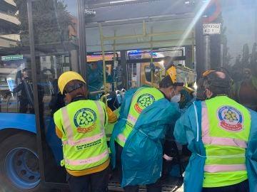 Una mujer, apuñalada en un bus de la EMT