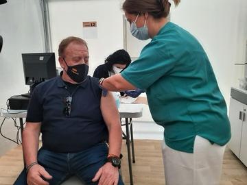 Un policía mayor de 55 años se vacuna con AstraZeneca en Alicante