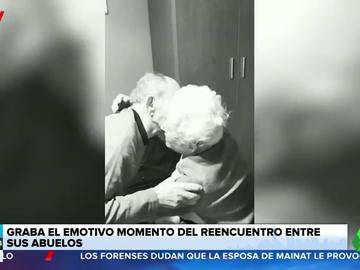 El emotivo reencuentro entre dos ancianos tras semanas sin verse por el coronavirus