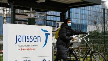 Una mujer sale de las oficinas de Janssen en Leiden (Países Bajos)