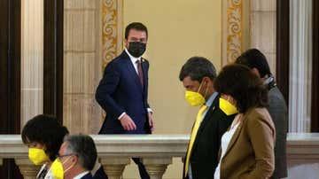 Pere Aragonès junto a varios diputados de Junts en un receso del debate de investidura