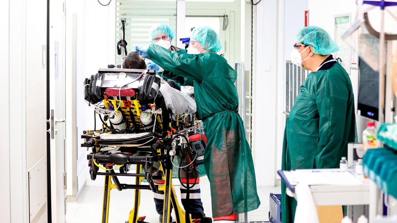 Personal sanitario atiende a un paciente en la UCI del Hospital Universitario de Essen (Alemania)