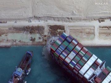 El súper portacontenedores Ever Given, atrapado en el Canal de Suez.