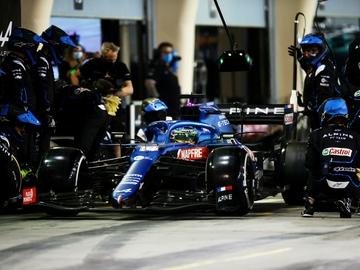 Fernando Alonso, en el pit lane