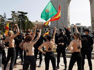 Activistas de Femen irrumpen en un acto de afirmación nacional organizado por diversos colectivos franquistas